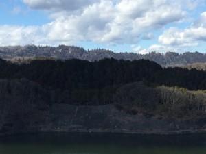 城山湖から高尾山を望む