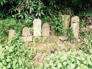 小野路城近くの古い石仏