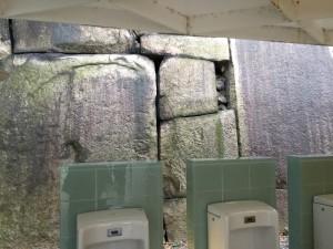 大阪城のトイレ石垣