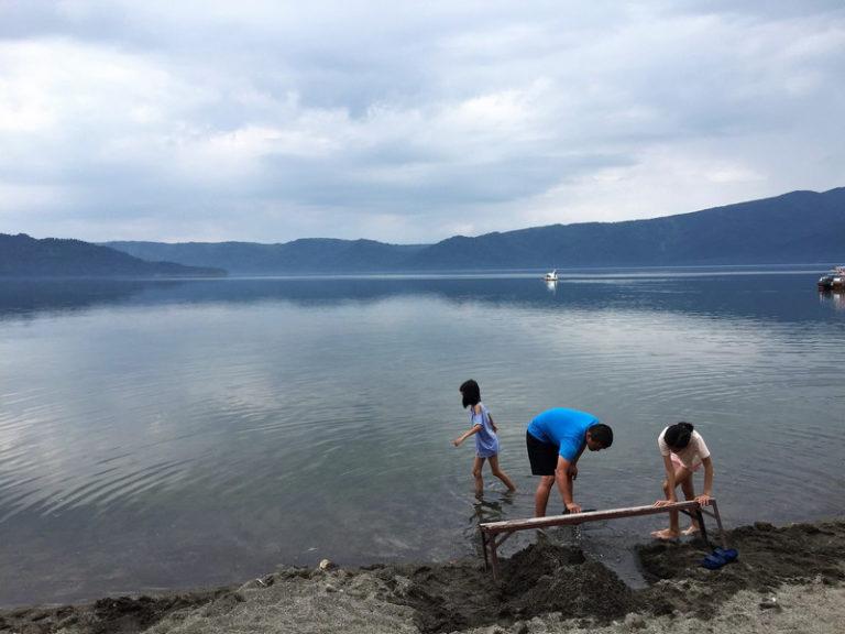 屈斜路湖「砂湯」砂を掘ると温泉が出ると言う無料で遊べる温泉&湖畔水遊び | 国内観光500箇所