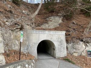 浄土ヶ浜レストハウスへのトンネル